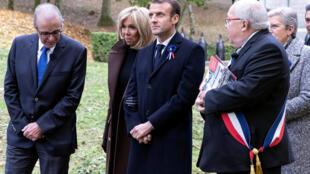 Emmanuel et Brigitte Macron, à l'ossuaire de Douaumont, à quelques kilomètres de Verdun, le 6 novembre 2018.