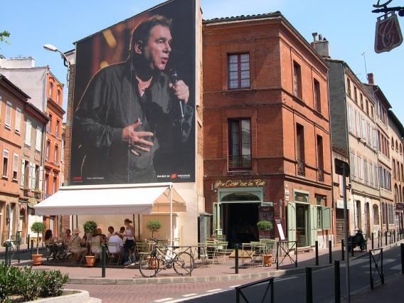 Cartel urbano con la foto del cantante Claude Nougaro. Gran embajador de la ciudad de Toulouse.
