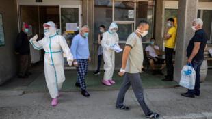 La situation sanitaire a empiré en Serbie notamment depuis les élections générales maintenues par le gouvernement.