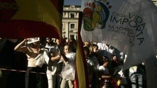 Des partisans contre l'avortement protestent dans les rues de Madrid, le 17 octobre 2009.