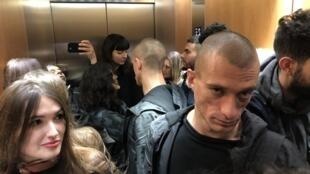 Петр Павленский и Александра де Таддео в лифте парижского Дворца правосудия в день суда над акционистом, 10 января 2019 года.