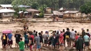 Des volontaires aident à secourir des victimes à Lanao del Norte, aux Philippines, samedi 22 décembre.