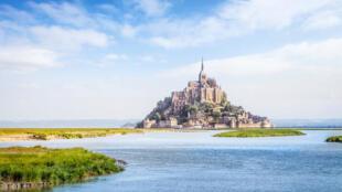 Монт-Сен-Мишель, один из самых известных исторических памятников Франции