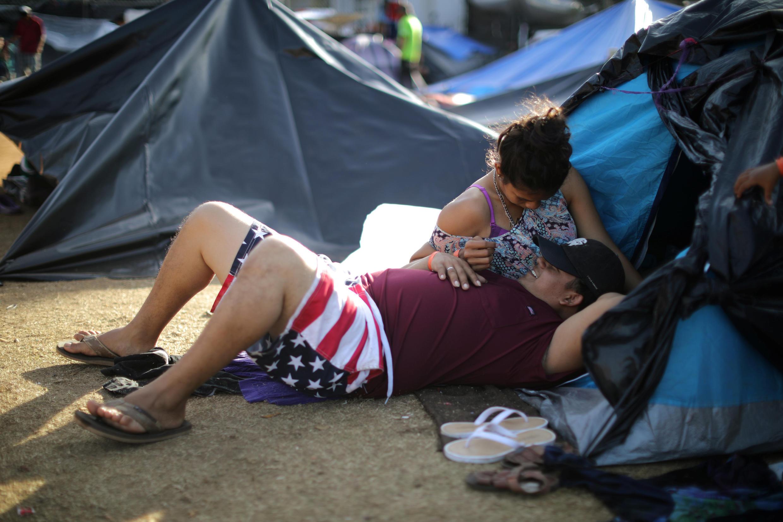 مقامات مکزیکی تأیید کردند که در مورد وضعیت پناهجویان با دولت آمریکا به توافق رسیدهاند. قرار بر اینست که کسانی که از ایالات متحده تقاضای پناهندگی میکنند، تا زمان تعیین تکلیف، در خاک مکزیک بمانند. در حال حاضر چند هزار مهاجر آمریکای مرکزی در مرز مکزیک و ایا