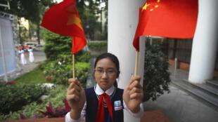 Học sinh Việt Nam chào mừng lãnh đạo Trung Quốc