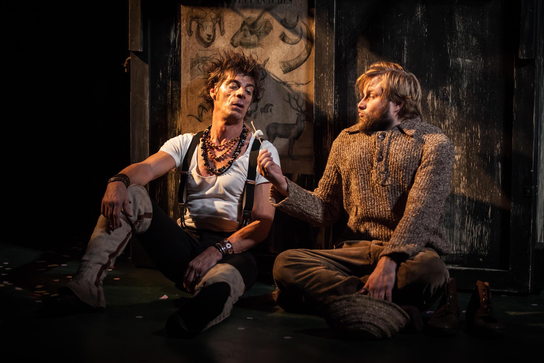 法兰西喜剧院上演的《 鹿和狗 》,导演Marcel Aymé,Elliot Jénicot和Stéphane Varupenne主演。