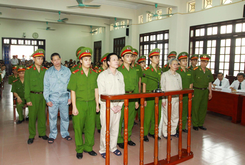 Ông Đoàn Văn Quý (thứ hai trái sang) cùng các bị cáo trong phiên tòa ngày 05/04/2013, Hải Phòng.