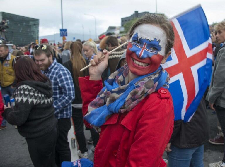 Torcedora da Islândia exibe mapa do pequeno país no rosto.