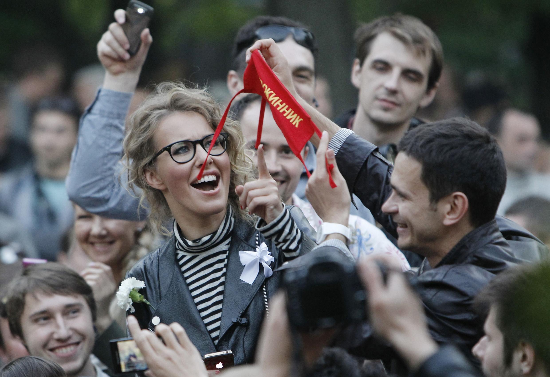 Xenia Sobtchak, à droite, en compagnie de l'opposant Ilya Yashin, le 10 mai 2012.