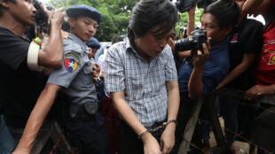 Nayi Min, éditeur au groupe de presse Eleven Media a été arrêté avec deux collègues journalistes le 10 octobre 2018 pour un article critique envers un proche d'Aung San Suu Kyi.