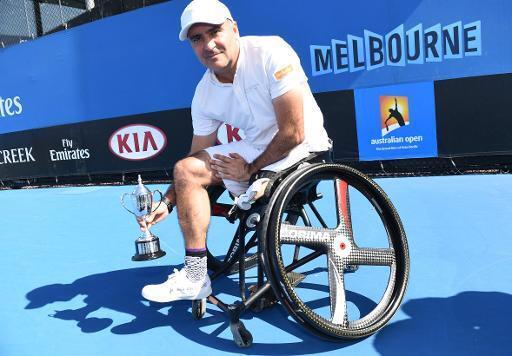 Le Français Stéphane Houdet exhibe son trophée de finaliste de l'Open d'Australie, version handisport, le 31 janvier 2015 à Melbourne