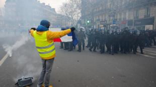 Manifestantes lançaram objetos contra a polícia, que respondeu com bombas de gás lacrimogêneo