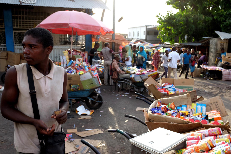 Vendeur du marché de Moroni, Comores.