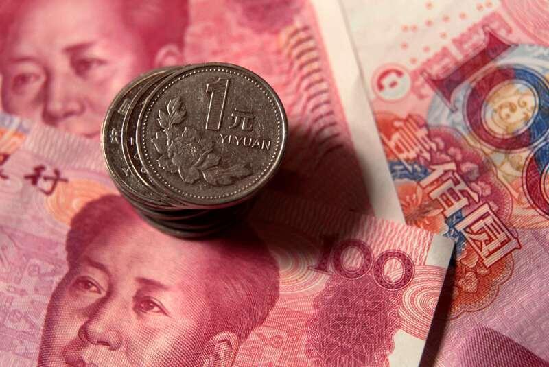 China: monedas de un yuan y billetes de 100 yuans