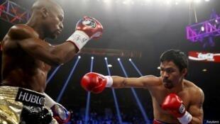 El filipino Manny Pacquiao (derecha) no pudo dar muchos golpes al escurridizo e invicto Mayweather.