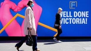 Les habitants de Melbourne circulent à nouveau librement dans les rues de la métropole de l'État de Victoria après trois mois de confinement, le 28 octobre 2020.