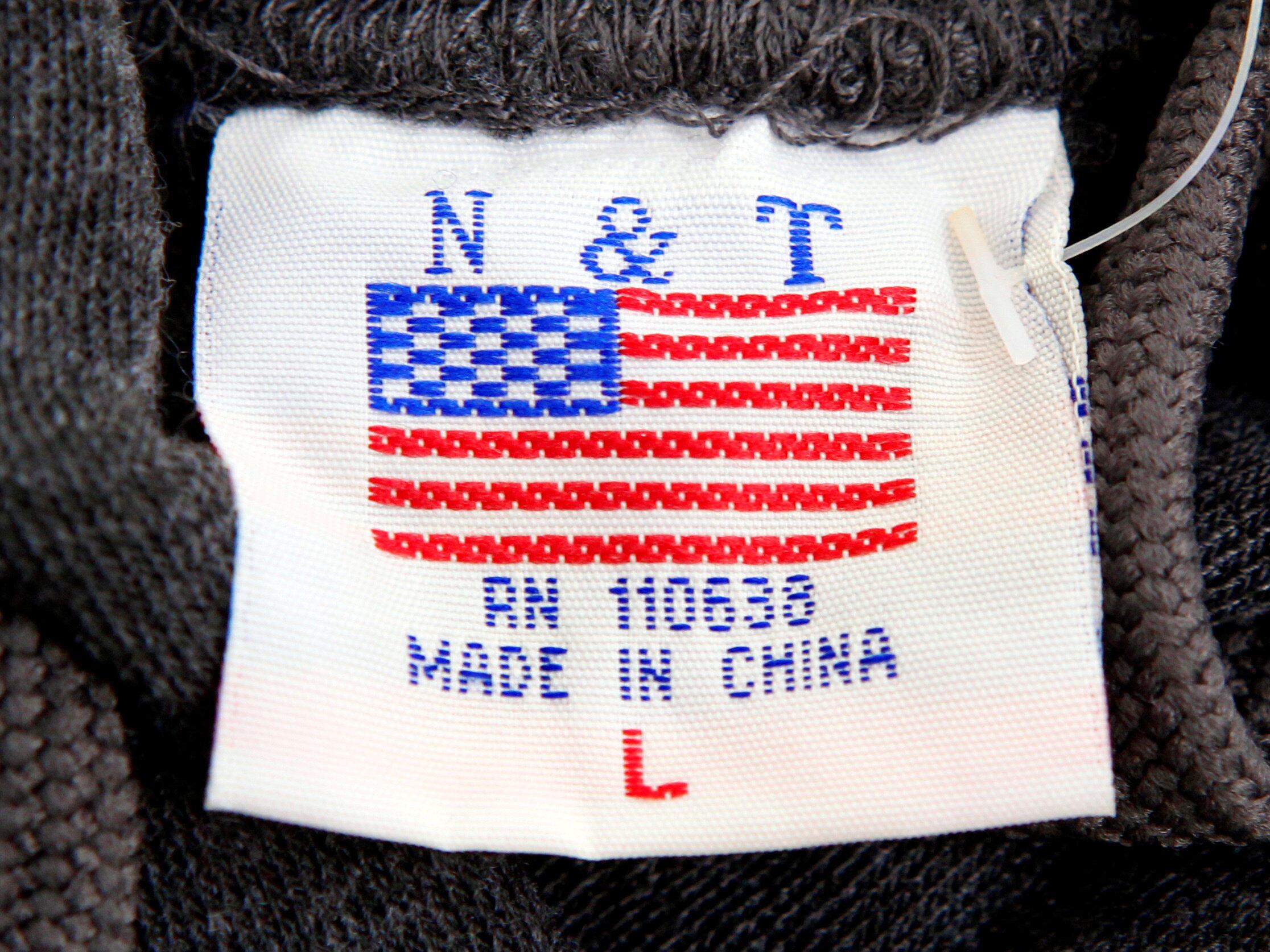Etiqueta de una bandera estadounidense en una camiseta fabricada en China.