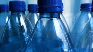 装饮用水的塑料瓶造成塑料微粒污染
