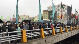 伊朗民众示威抗议上调汽油价格并施行配给。