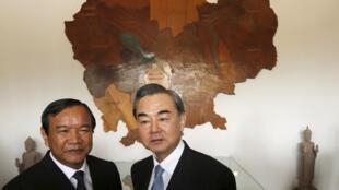 Ngoại trưởng Trung Quốc Vương Nghị  (P) và đồng nhiệm Cam Bốt  Prak Sokhonn trước cuộc họp tại bộ Ngoại Giao ở Phnom Penh ngày 22/04/2016.