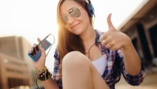 Los jóvenes escuchan en promedio dos horas al día música, generalmente con audífonos.