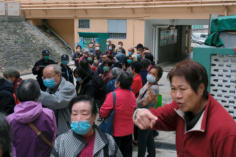 香港居民排隊領取免費發放的口罩,應對武漢肺炎疫情。攝於2020年2月7日