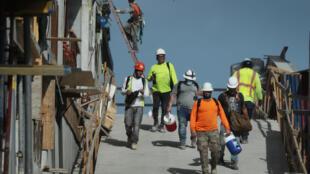 Tabajadores de la construcción en un sitio de trabajo en Miami, Florida, el 4 de septiembre de 2020