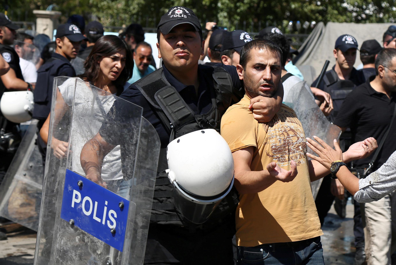 Lors d'une manifestation de soutien aux enseignants suspendus pour avoir montré leurs soutiens aux militants kurdes, le 9 septembre 2016, à Diyarbakir, en Turquie.