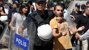 Lors d'une manifestation de soutien aux enseignants suspendus pour avoir montré leurs soutiens aux militants kurdes, le 9 septembre 2016 à Diyarbakir, en Turquie.