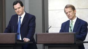 Le ministre britannique des Finances, George Osborne (à gauche) et le secrétaire d'Etat au Trésor David Laws.