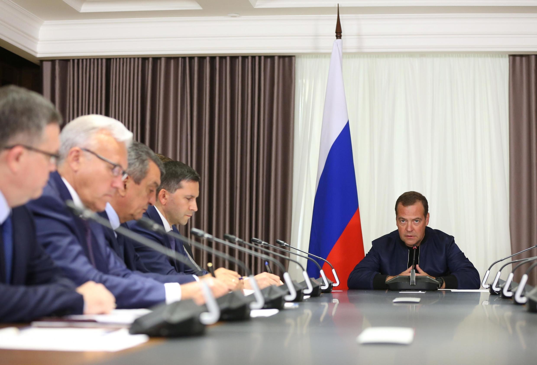 Dmitri Medvedev durante reunião sobre incêndios florestais na Sibéria.