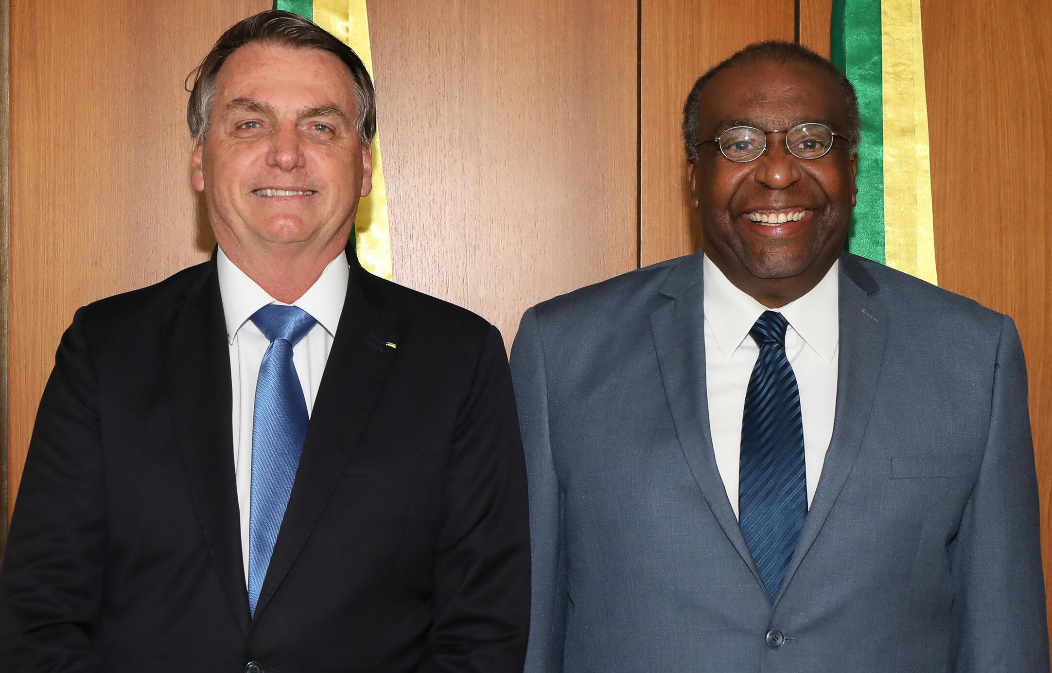 O presidente brasileiro, Jair Bolsonaro, ao lado de Carlos Alberto Decotelli, que renunciou ao cargo de Ministro da Educação, após informações falsas serem descobertas em seu currículo.