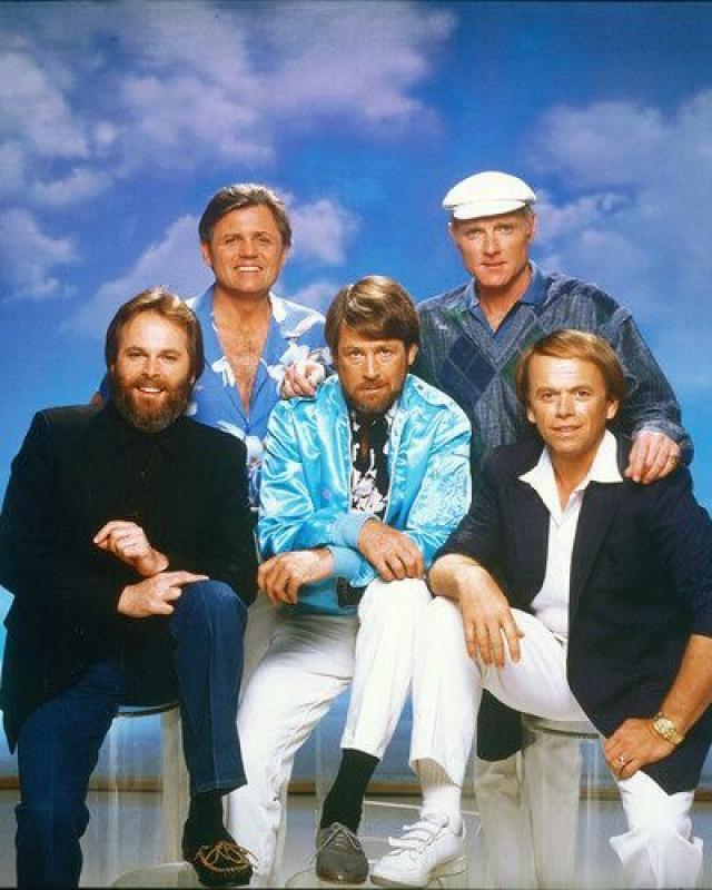 Năm thành viên ban đầu của nhóm The Beach Boys (DR)