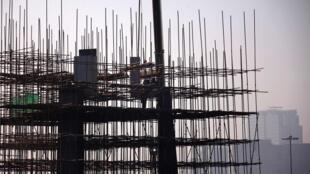 中国城市人口首超农村。农民工成为中国城市建设的主力。
