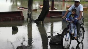 Inundaciones en Guatemala: cerca del lago Amatitlán, a 30 km de ciudad de Guatemala, 16 de octubre de 2011