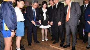 中國教育部長陳寶生(左三)出席香港科技大學舉行的京港大學聯盟成立儀式,事前參觀香港一所小學的科技創意