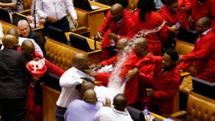 Des membres du parti de Julius Malema expulsés du Parlement, au Cap, le 17 mai 2016.