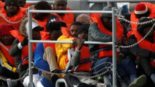 Migrantes ficaram 10 dias esperando no mar até que países europeus decidissem como eles seriam distribuídos