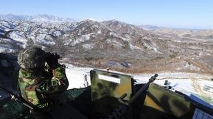 Lính Hàn Quốc quan sát vùng phi quân sự chia đôi hai nước Triều Tiên. Ảnh chụp ngày 19/12/2011.