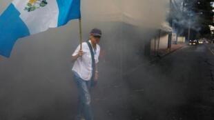 Une manifestante dans les rues de Guatemala City en train de célébrer la fin du mandat de la mission anticorruption de l'ONU au Guatemala. Le 4 septembre 2019.