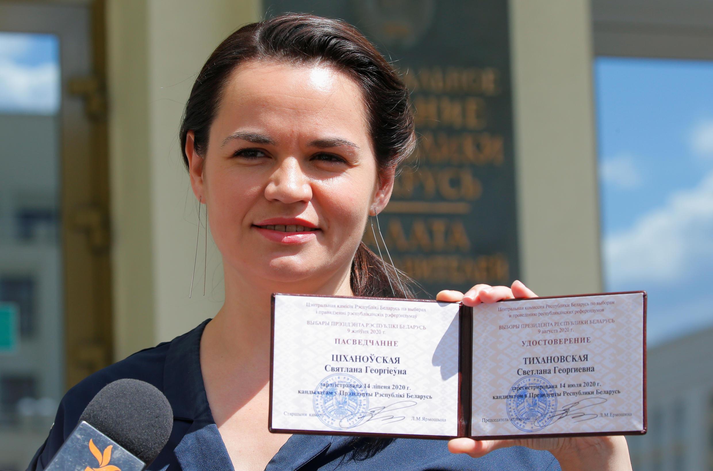 Светлана Тихановская с удостоверением кандидата в президенты Беларуси
