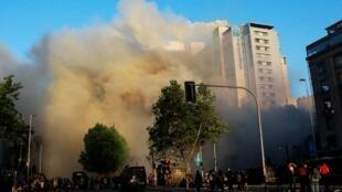 Một cao ốc ở trung tâm thủ đô Santiago tại Chilê bị phóng hỏa nhân các cuộc biểu tình ngày 28/10/2019.