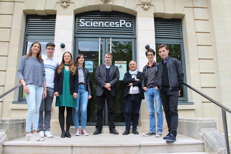 Les étudiants sur le perron de Sciences-Po Paris à Dijon.