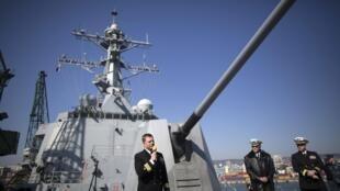 Капитан эсминца USS Truxtun Эндрю Бьен выступает перед прессой, Варна, 15 марта 2014 года