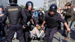 Arrestation d'une participante à la manifestation anti-Poutine, ce 5 mai 2018, à Moscou.
