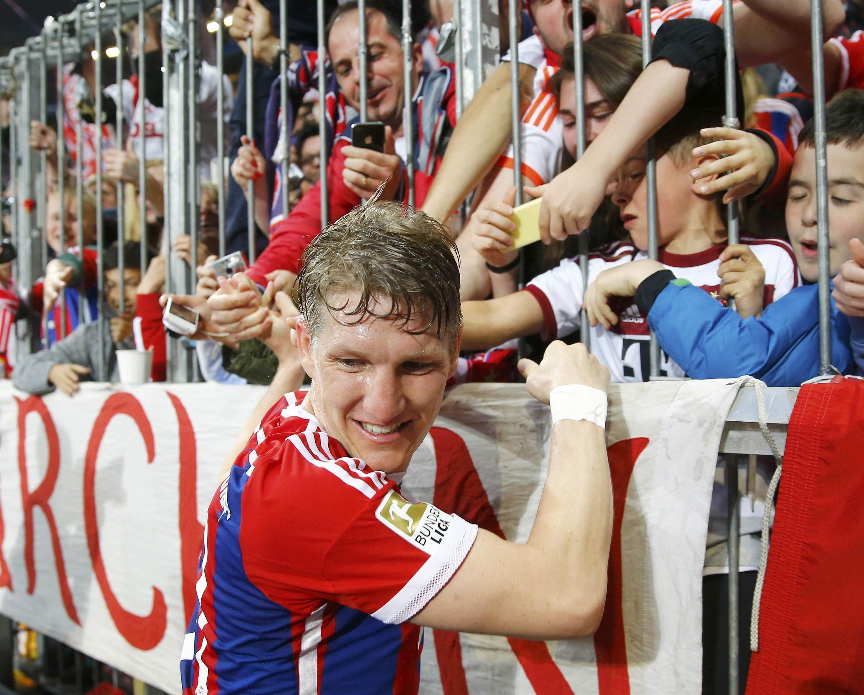 Schweinsteiger comemora título com os torcedores do Bayern.