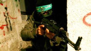 Mpiganaji wa tawi la kijeshi la Hamas,  Ezzedine al Qassam, kusini mwa Gaza.