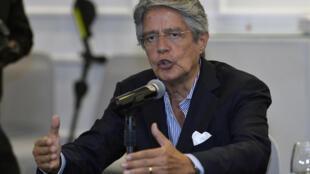 El presidente electo de Ecuador, Guillermo Lasso, habla durante una rueda de prensa en un hotel en Quito, el 12 de abril de 2021