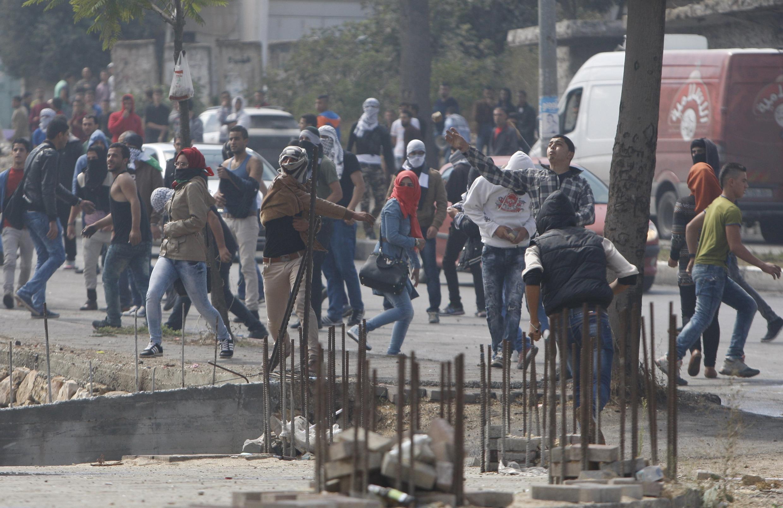 10月8日,在希伯伦的巴勒斯坦人向以色列军车投掷石块