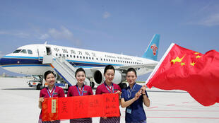 Nhân viên hàng không Trung Quốc trên phi đạo vừa được xây dựng trên Đá Vành Khăn, Trường Sa